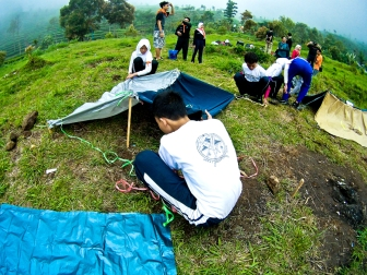 Mendirikan camp bivak